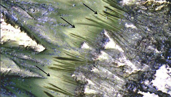 Сезонные темные полосы на склонах на Марсе могут быть ручьями соленой воды