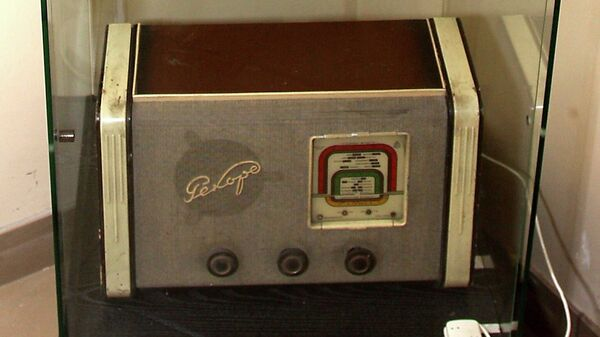 Ламповый бытовой радиоприемник Рекорд образца 1950-х годов с переключением диапазона волн 510-540 КГц. Архив