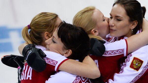Российские спортсменки радуются победе в матче кругового турнира между сборными командами России и Швейцарии в соревнованиях по керлингу среди женщин