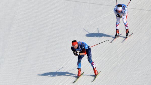 Максим Вылегжанин (Россия), Иван Перрийя Буате (Франция) на дистанции эстафеты в соревнованиях по лыжным гонкам среди мужчин