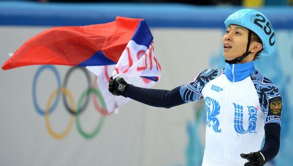 Виктор Ан (Россия) после финального забега на 500 метров в соревнованиях по шорт-треку среди мужчин.  Фото с места события