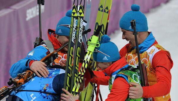 Российские спортсмены на финише эстафетной гонки в соревнованиях по биатлону