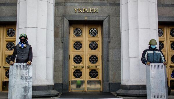 Сторонники оппозиции охраняют вход в здание Верховной Рады Украины в Киеве. Фото с места события