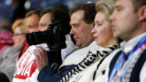 Председатель правительства РФ Дмитрий Медведев с супругой Светланой (вторая, третий справа) на церемонии закрытия XXII зимних Олимпийских игр в Сочи.