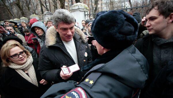 Сопредседатель партии РПР-Парнас Борис Немцов у здания Замоскворецкого суда Москвы