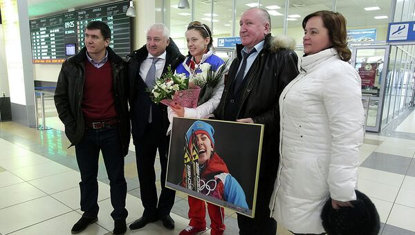 Российская биатлонистка Ольга Вилухина (в центре) в аэропорту Толмачево
