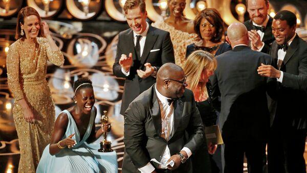 Режиссер Стив Маккуин, Лапита Ньонго и актеры фильма 12 лет рабства на 86-й церемонии вручения премии Оскар
