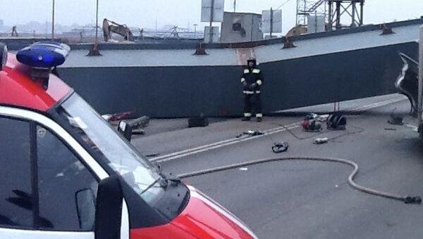 Человек погиб при падении балки на машину на развязке под Петербургом