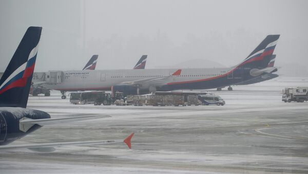 Самолеты авиакомпании Аэрофлот на взлетно-посадочной полосе. Архивное фото