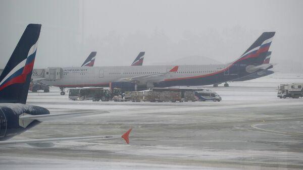 Самолеты авиакомпании Аэрофлот на взлетно-посадочной полосе