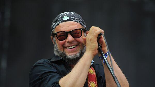 Лидер группы Аквариум Борис Гребенщиков выступает на музыкальном фестивале Нашествие в Тверской области