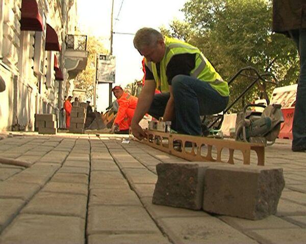 Тротуарную плитку в Москве переложат из-за плохого качества укладки