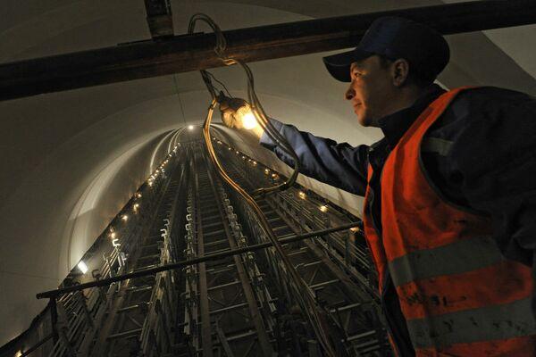 Рабочий на реконструируемой станции метро
