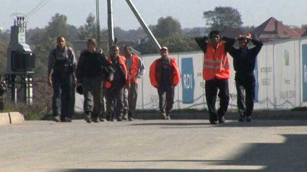 Нелегальные мигранты убегают от сотрудников УФМС со стройки в Москве