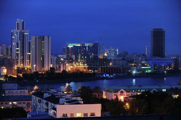 Вид на набережную одного из городских прудов в Екатеринбурге