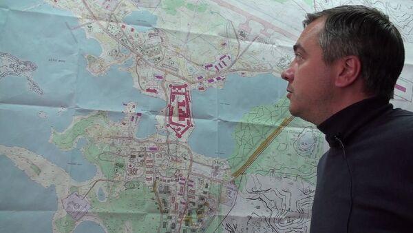 Глава Соловков Алексей Ефипов показывает новый генплан поселка
