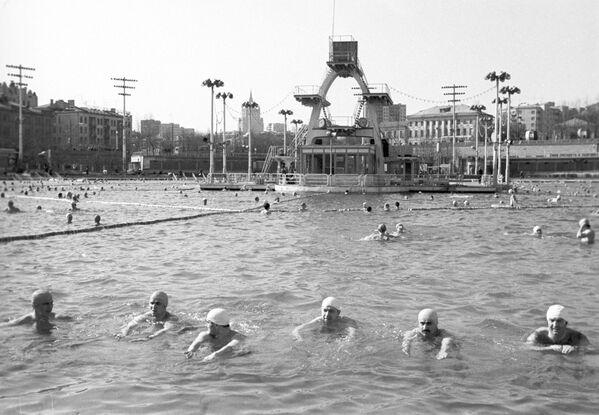В бассейне Москва