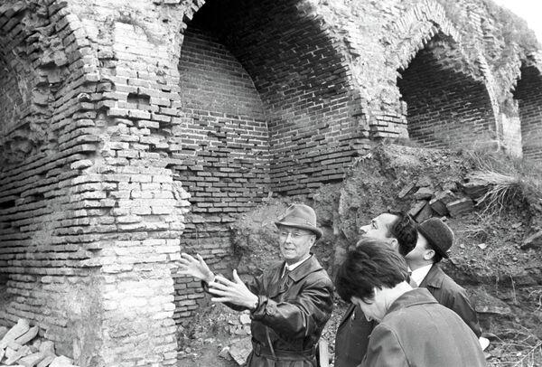 Реставратор Эммануил Гендель у мечети Биби-Ханым