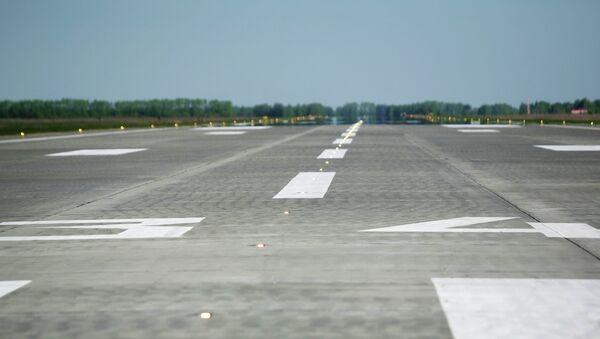 Взлетно-посадочная полоса в аэропорту. Архивное фото