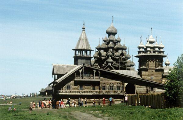 Вид на Преображенскую церковь в Кижах