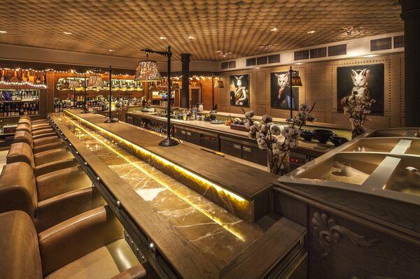 Основной зал с камином в ресторане White Rabbit