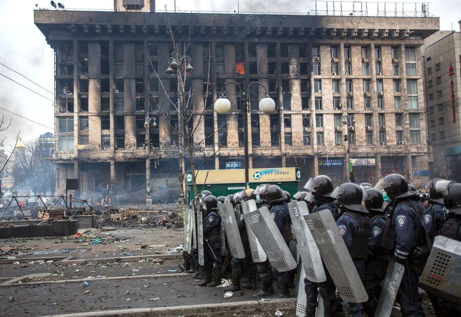 Сотрудники правоохранительных органов у сгоревшего Дома профсоюзов, 19 февраля 2014