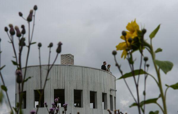 Посетители на объекте Ротонда на международном фестивале ландшафтных объектов в Никола-Ленивце Калужской области
