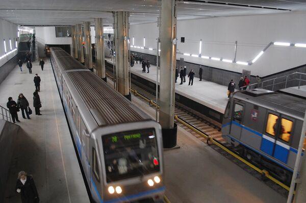 Первые пассажиры на новой станции московского метро - Мякинино