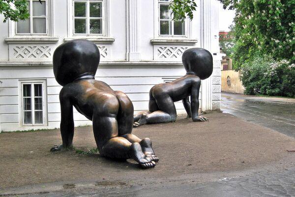 Неприкрытые тылы: необычные статуи, привлекающие внимание своей пятой точкой