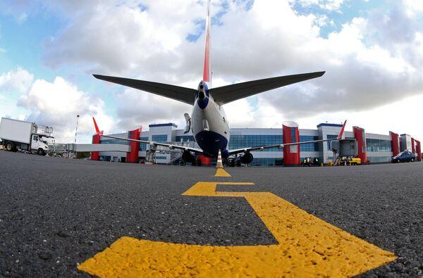 Самолет у терминала аэропорта Храброво в Калининграде