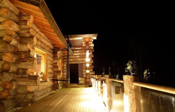 Деревянный дом с подсветкойм