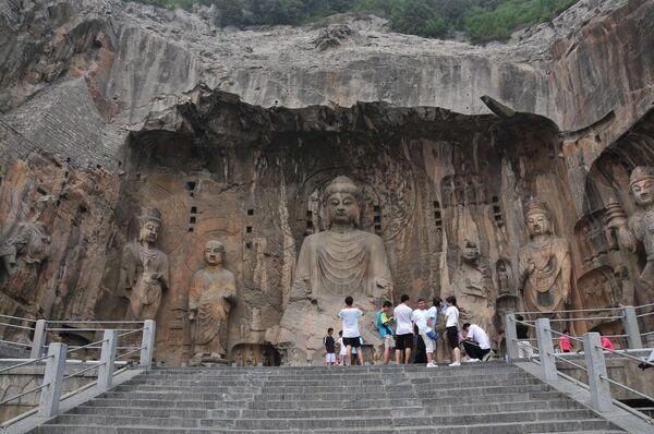 Статуи в комплексе буддийских пещерных храмов Лунмэнь