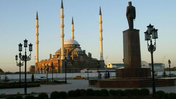 Памятник Ахмату Кадырову и мечеть имени Ахмата-Хаджи Кадырова