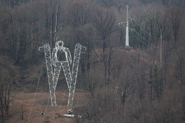 Опора ЛЭП в виде фигуры лыжника в Сочи