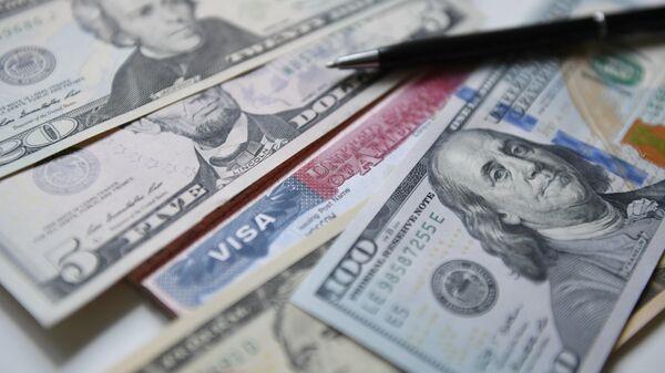 Американская виза и доллары.