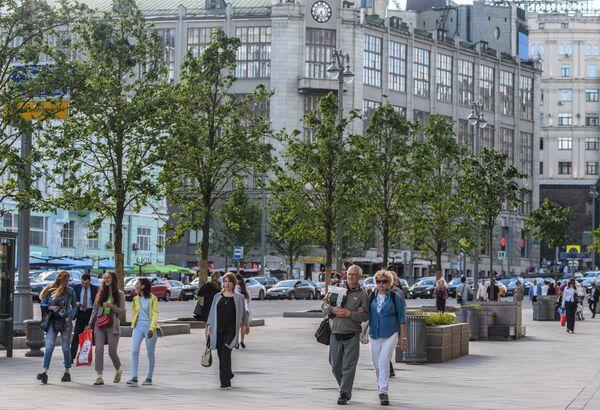Прохожие на Тверской улице в Москве.