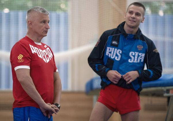 Главный тренер сборной России по прыжкам на батуте Николай Макаров (слева) и спортсмен Андрей Юдин