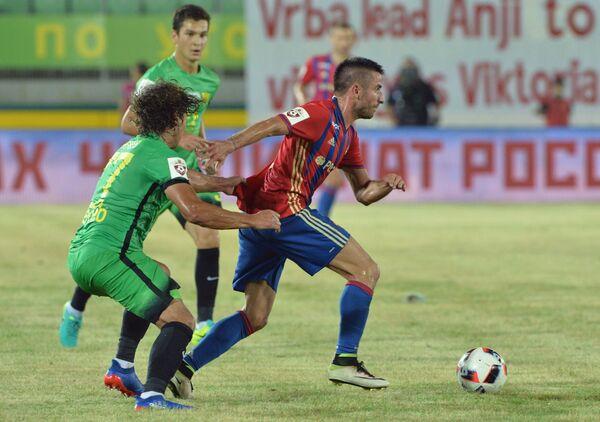 Защитник Анжи Георгий Тигиев (слева) и полузащитник ЦСКА Зоран Тошич