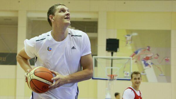Баскетболисты мужской сборной России Тимофей Мозгов (слева) и Дмитрий Хвостов