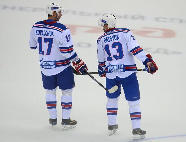 Нападающие СКА Павел Дацюк (справа) и Илья Ковальчук