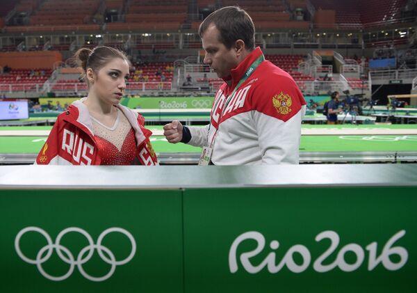 Спортсменка олимпийской сборной России по спортивной гимнастике Алия Мустафина и тренер Сергей Андрианов