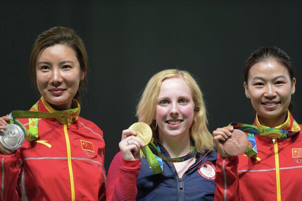 Йи Сылин (Китай) - серебряная медаль, Вирджиния Трэшер (США) - золотая медаль, Ли Ду (Китай) - бронзовая медаль (слева направо)