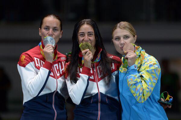 Софья Великая - серебряная медаль, Яна Егорян - золотая медаль, Ольга Харлан - бронзовая медаль (слева направо)