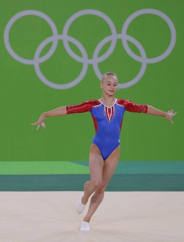 Ангелина Мельникова (Россия) выполняет вольные упражнения во время квалификационных соревнований по спортивной гимнастике