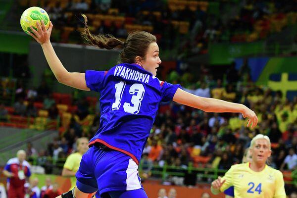 Гандболистка сборной России Анна Вяхирева в матче со шведками