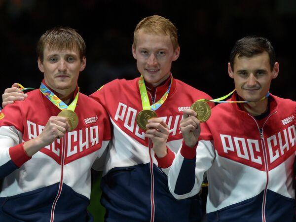 Рапиристы сборной России Алексей Черемисинов, Артур Ахматхузин и Тимур Сафин (слева направо) с золотыми медалями Олимпийских игр-2016 в Рио