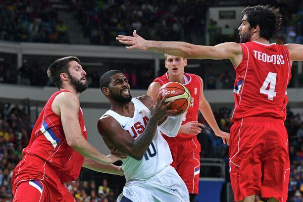 Игровой момент матча сборных США и Сербии по баскетболу