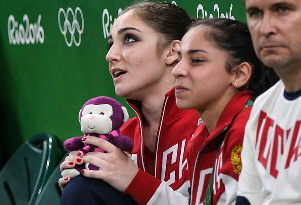 Алия Мустафина и Седа Тутхалян (слева направо)