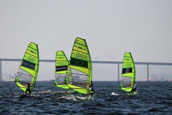Участницы гонки класса RS:X на соревнованиях по парусному спорту среди женщин на XXXI летних Олимпийских играх