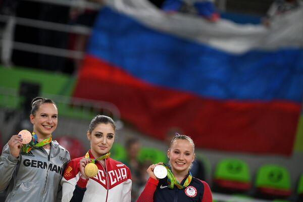 Софи Шедер, Алия Мустафина и Мэдисон Кошан (слева направо)